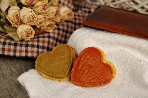 Kurkumovo – koriandrové keksy s klobúčikom z avokáda a zo sušených paradajok